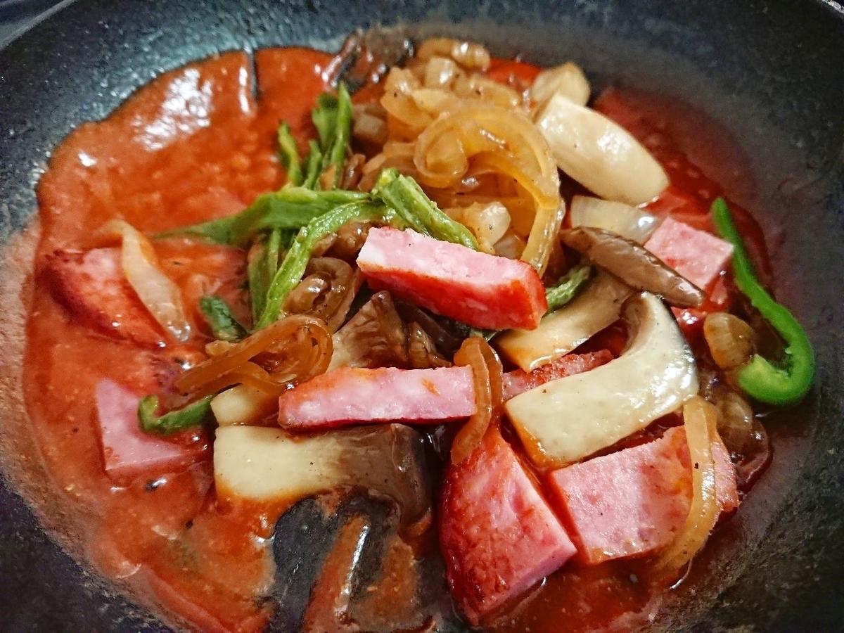 フライパンにケチャップと炒めた野菜