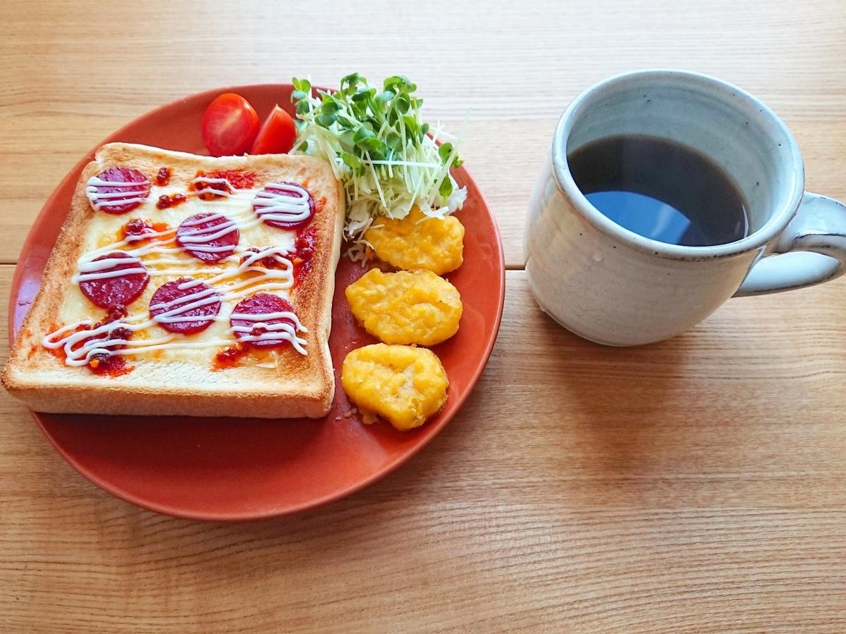 ラー油がかかったサラミマヨトースト チキンナゲット サラダ ブラックコーヒー