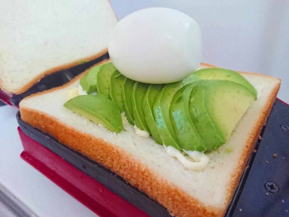 食パンの上にアボカドとゆで卵