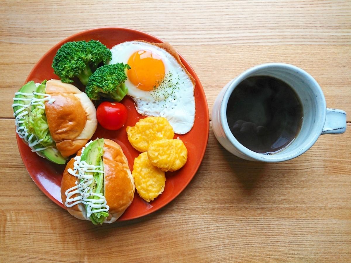 アボカドロールパンサンド 目玉焼き チキンナゲット コーヒー
