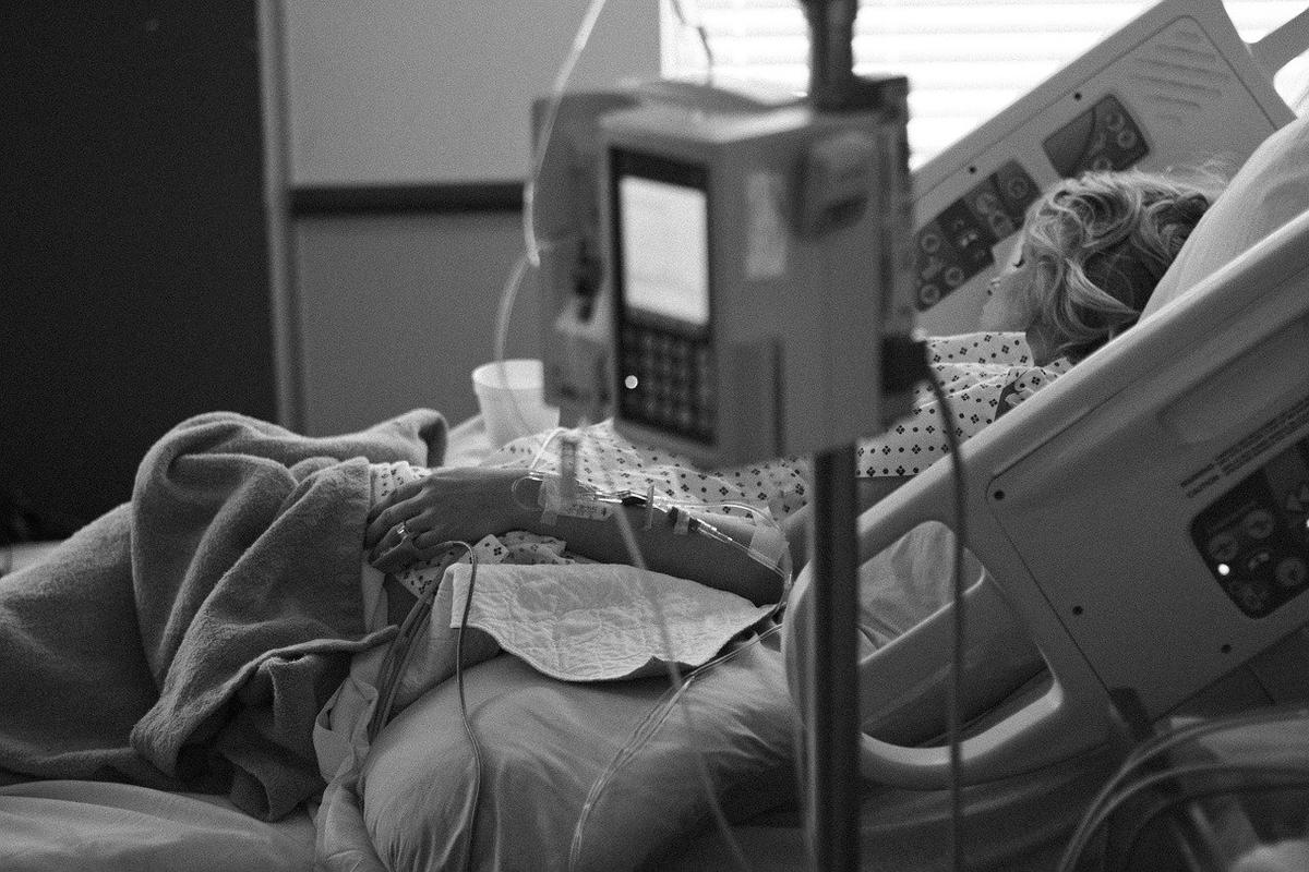 病院のベッドで寝ている女の子