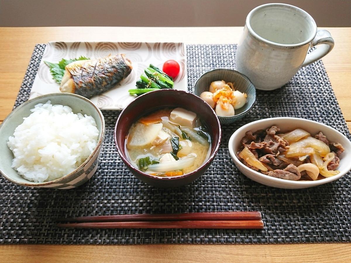 ごはん 味噌汁 鯖 牛肉の煮物 小鉢