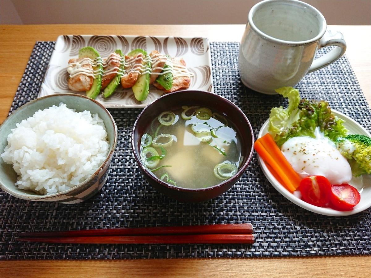 ごはん 味噌汁 鶏胸肉とアボカド 温玉サラダ