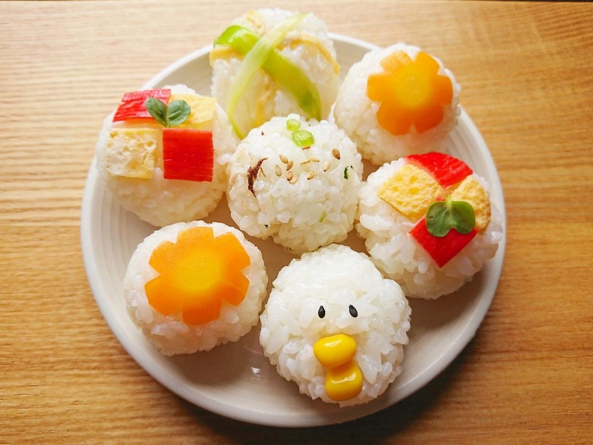 野菜がのった手まり寿司