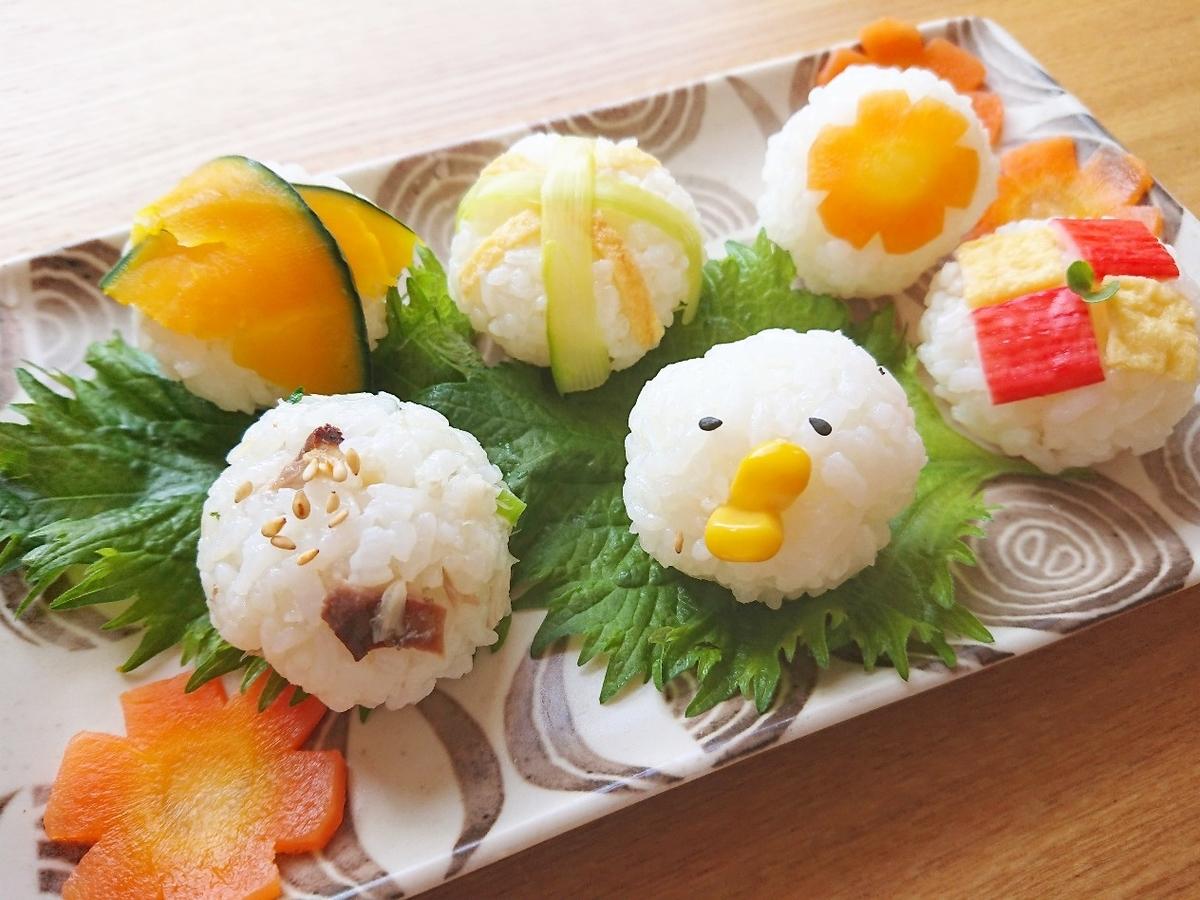 お皿に盛り付けた手まり寿司