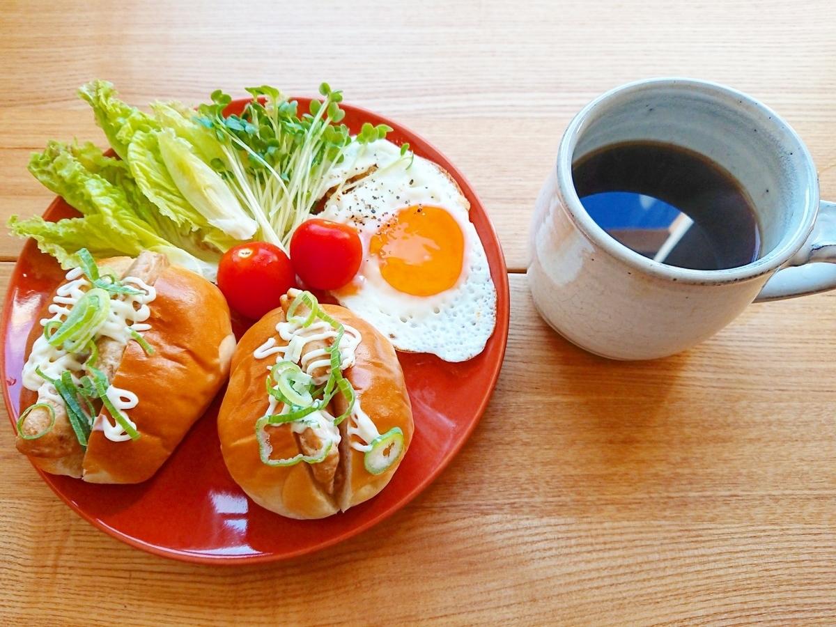 鶏肉が挟まったロールパンサンド コーヒー