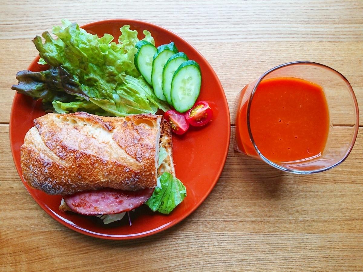 ソーセージが挟まったバゲットサンド サラダ 野菜ジュース