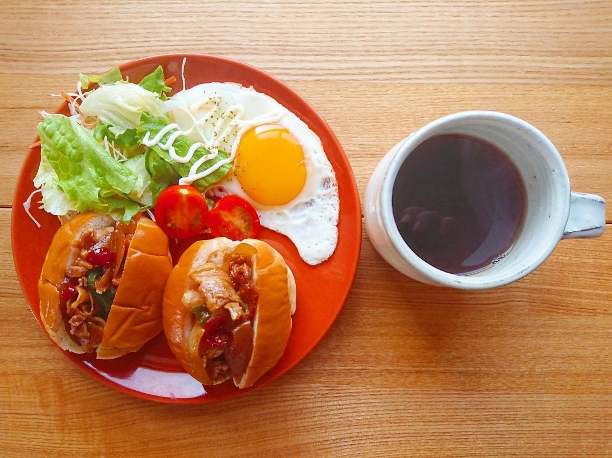 豚バラロールパンサンドイッチ 目玉焼き サラダ コーヒー