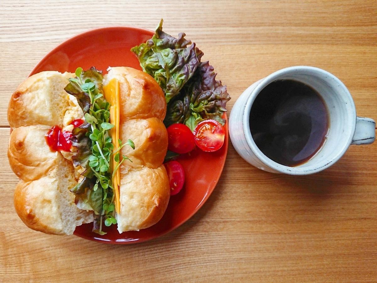 卵や野菜が挟まったホテルブレッド 珈琲