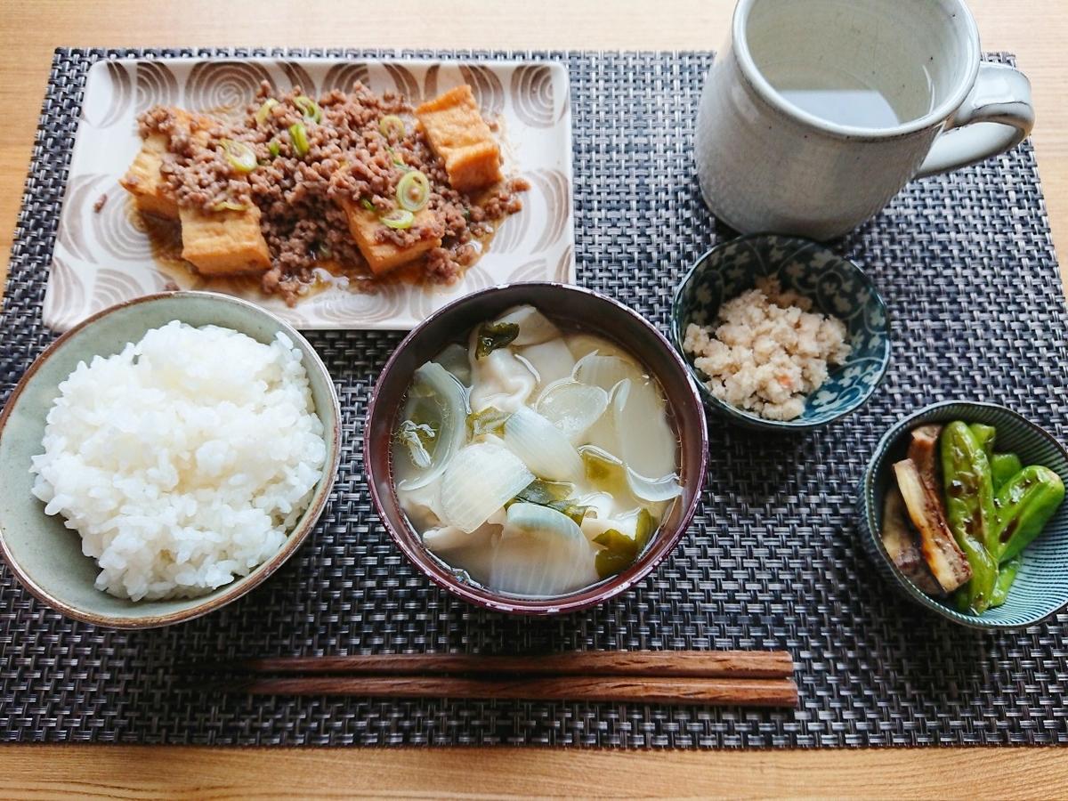 ごはん ひき肉と絹厚揚げの炒め物 餃子スープ おから 野菜