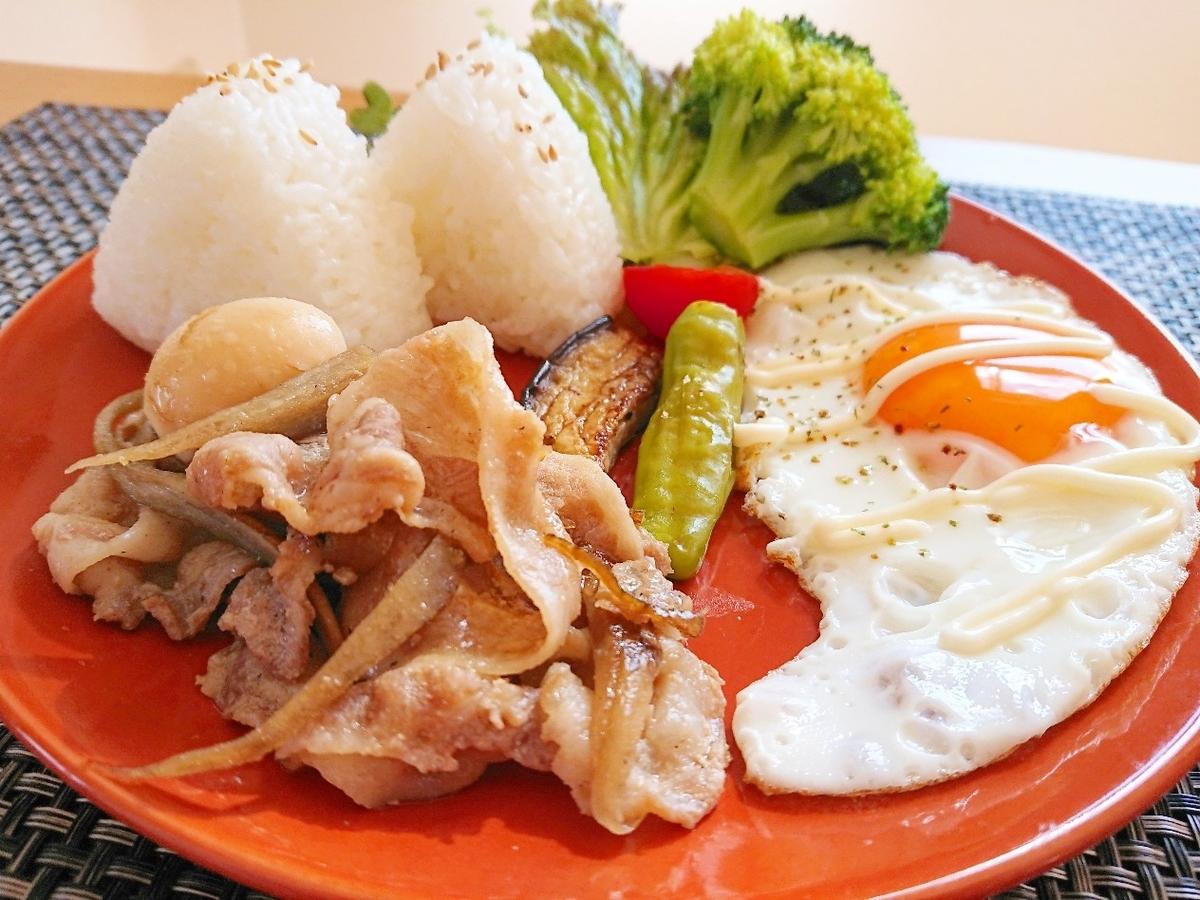 おにぎり 豚バラの煮物 目玉焼き 野菜