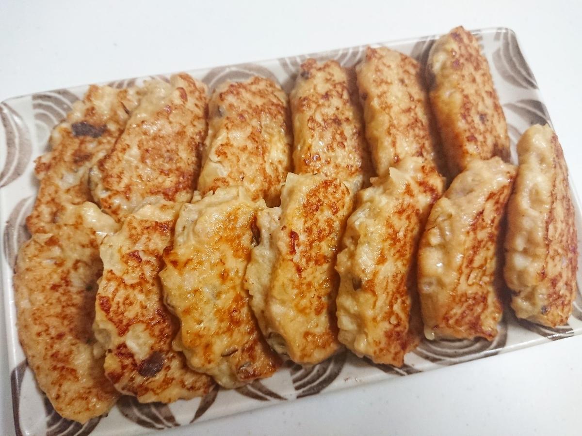 皿に並べた鶏ハンバーグ