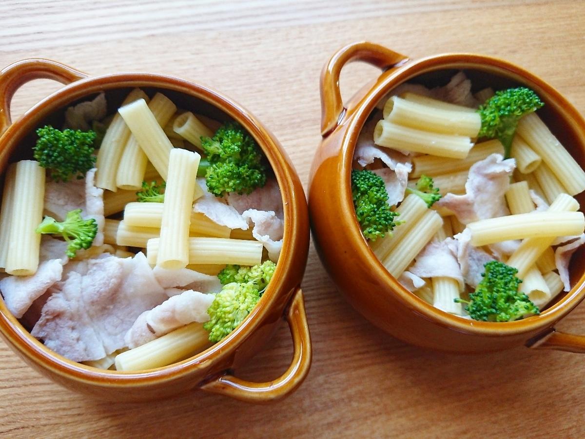 グラタン皿にマカロニとブロッコリーと豚肉