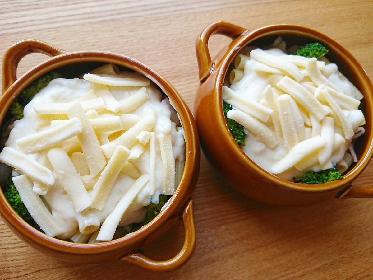 グラタン皿にホワイトソースとチーズ