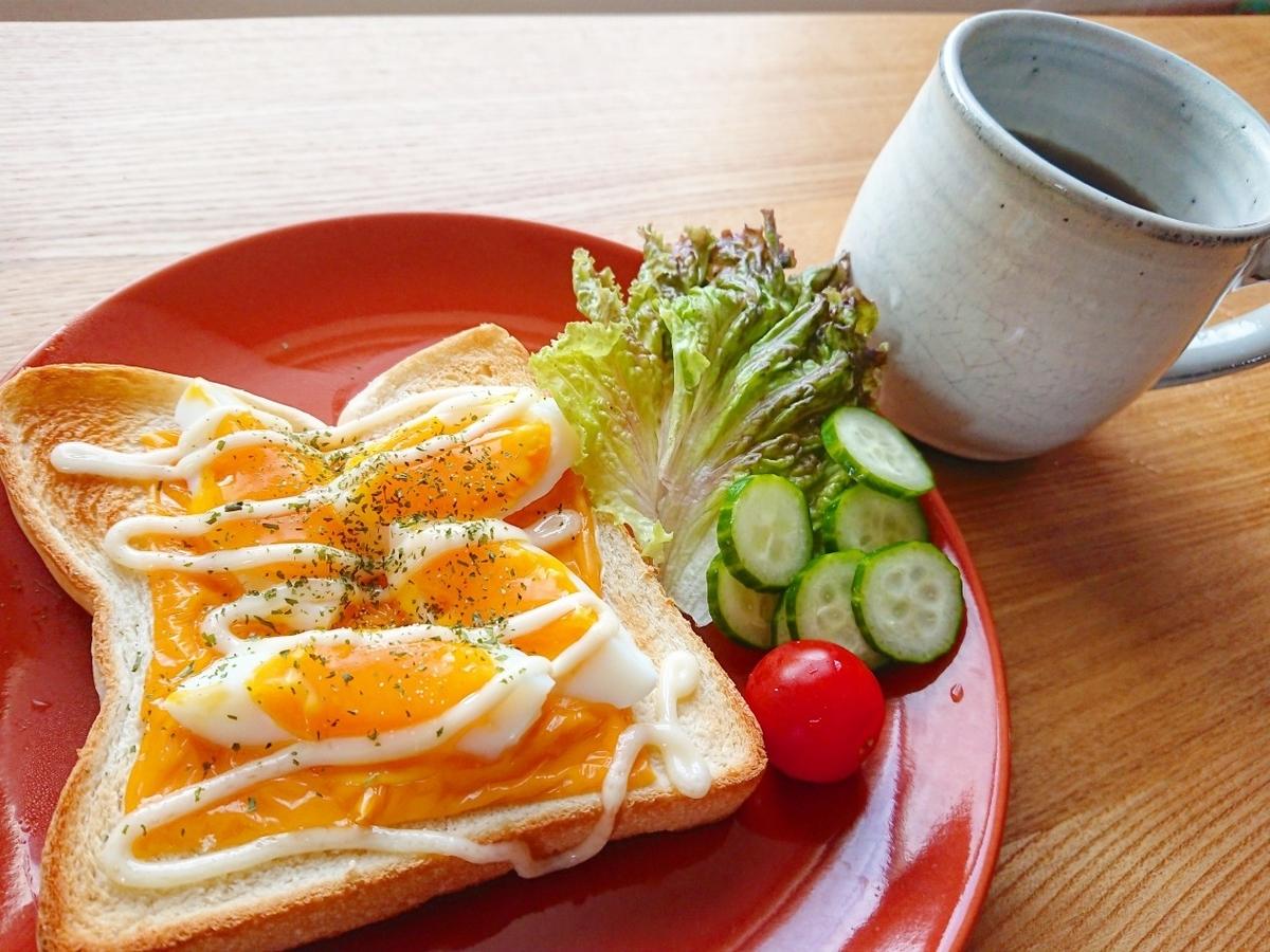 ゆで卵とチェダーチーズのマヨトースト サラダ コーヒー