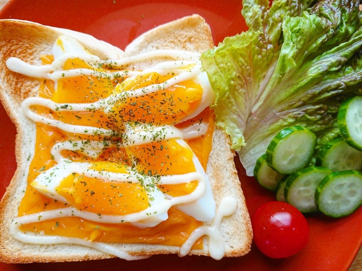 ゆで卵とチェダーチーズがのったトースト