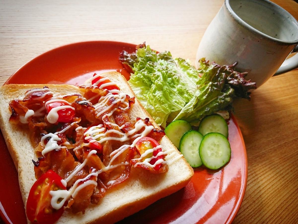 豚肉とトマトがのったトースト サラダ