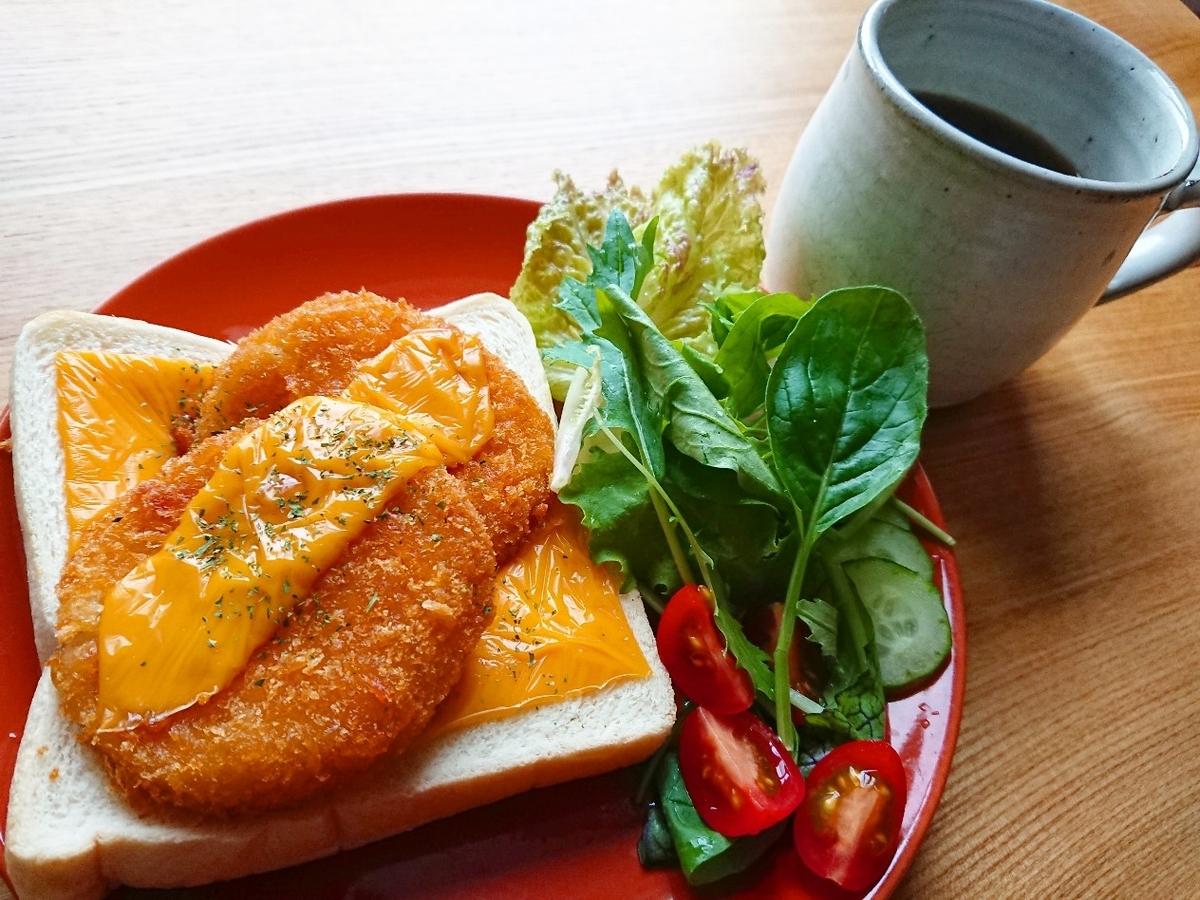 チェダーチーズがのったカニクリームコロッケトースト サラダ コーヒー
