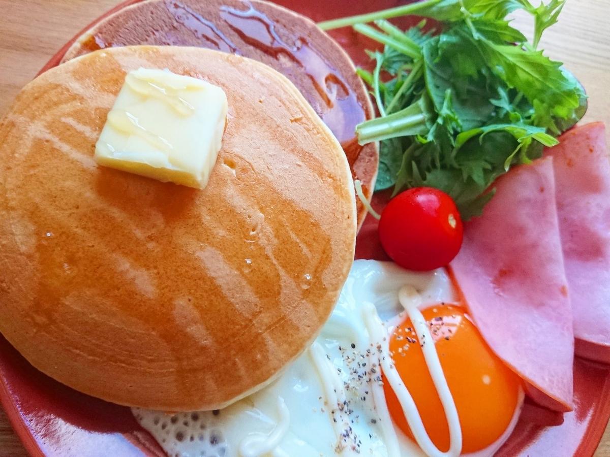 バターがのったパンケーキ 目玉焼き ハム サラダ