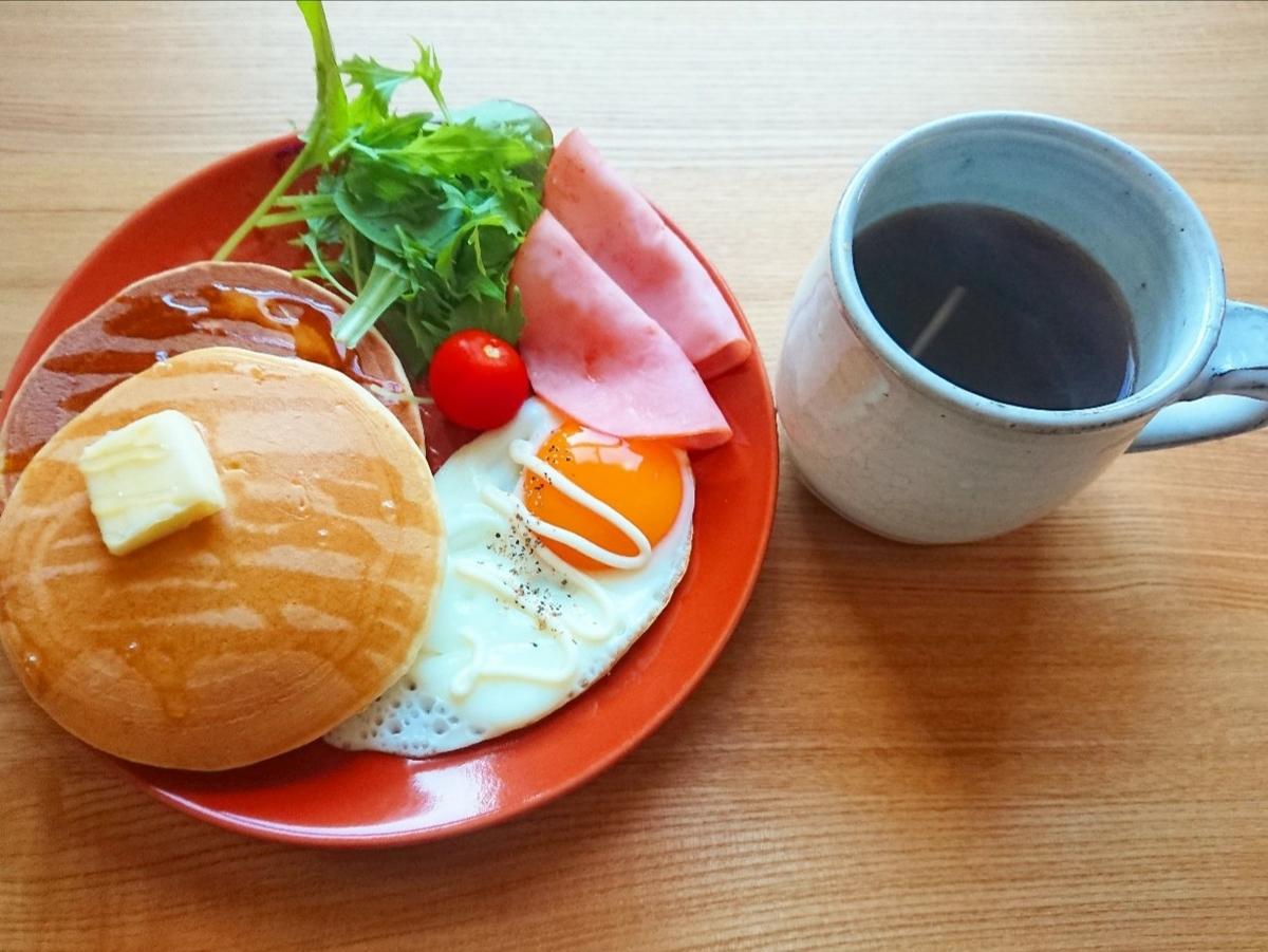 バターがのったパンケーキ 目玉焼き ハム サラダ 珈琲