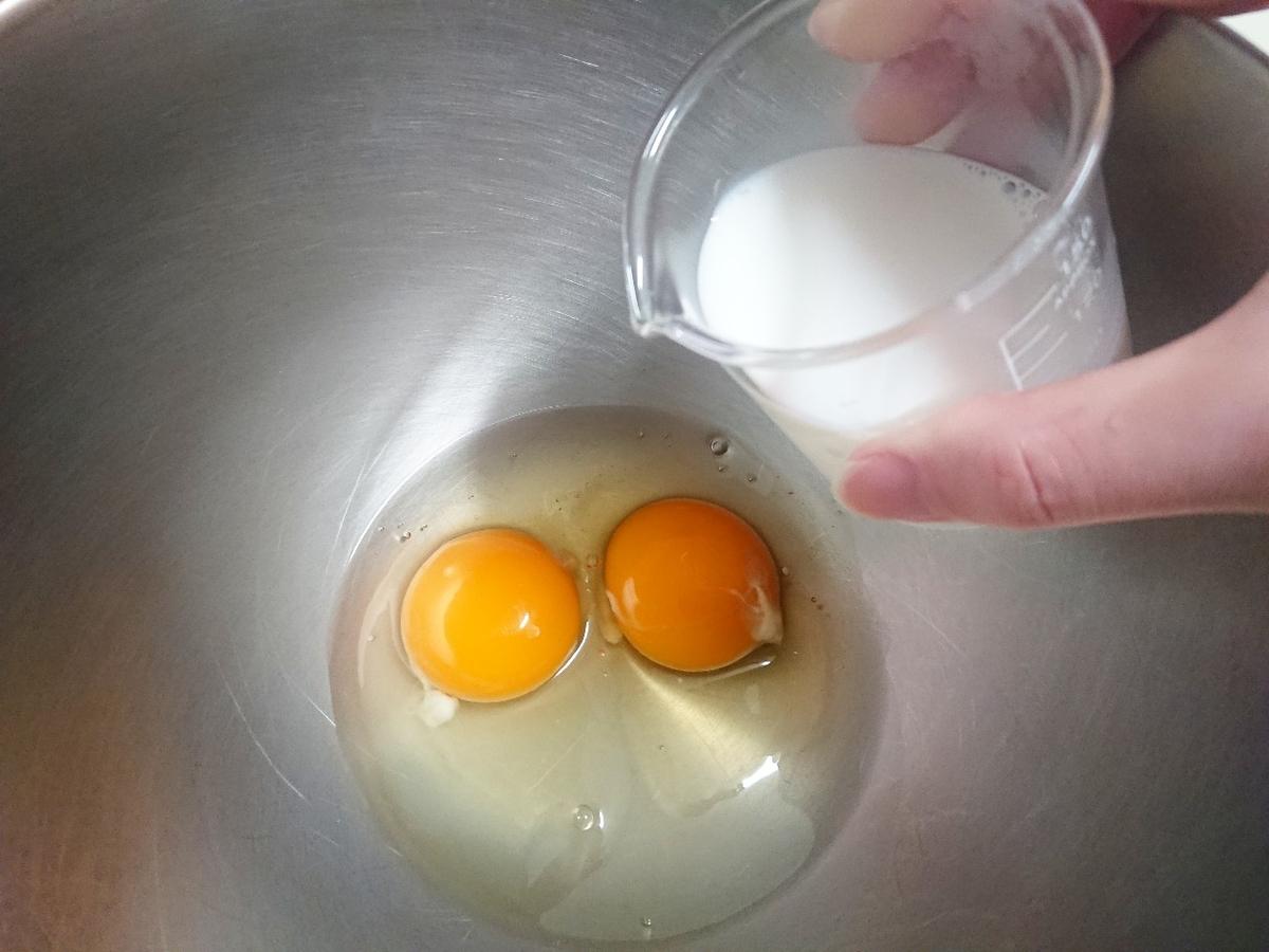 ボウルに卵と牛乳