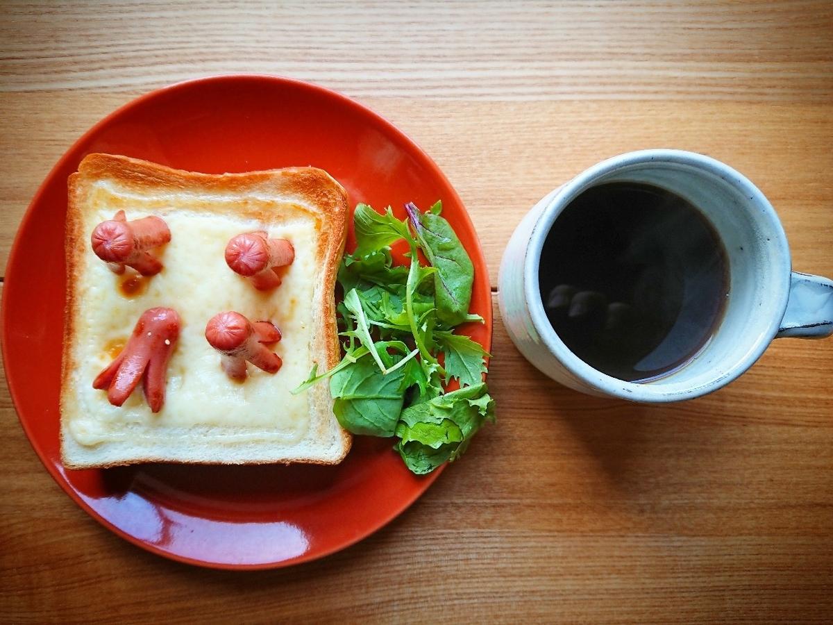 たこさんウィンナーとチーズがのったトースト サラダ コーヒー