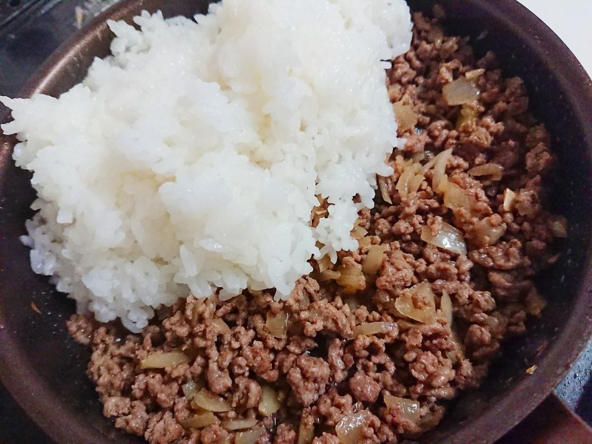 炒めたひき肉にご飯を投入