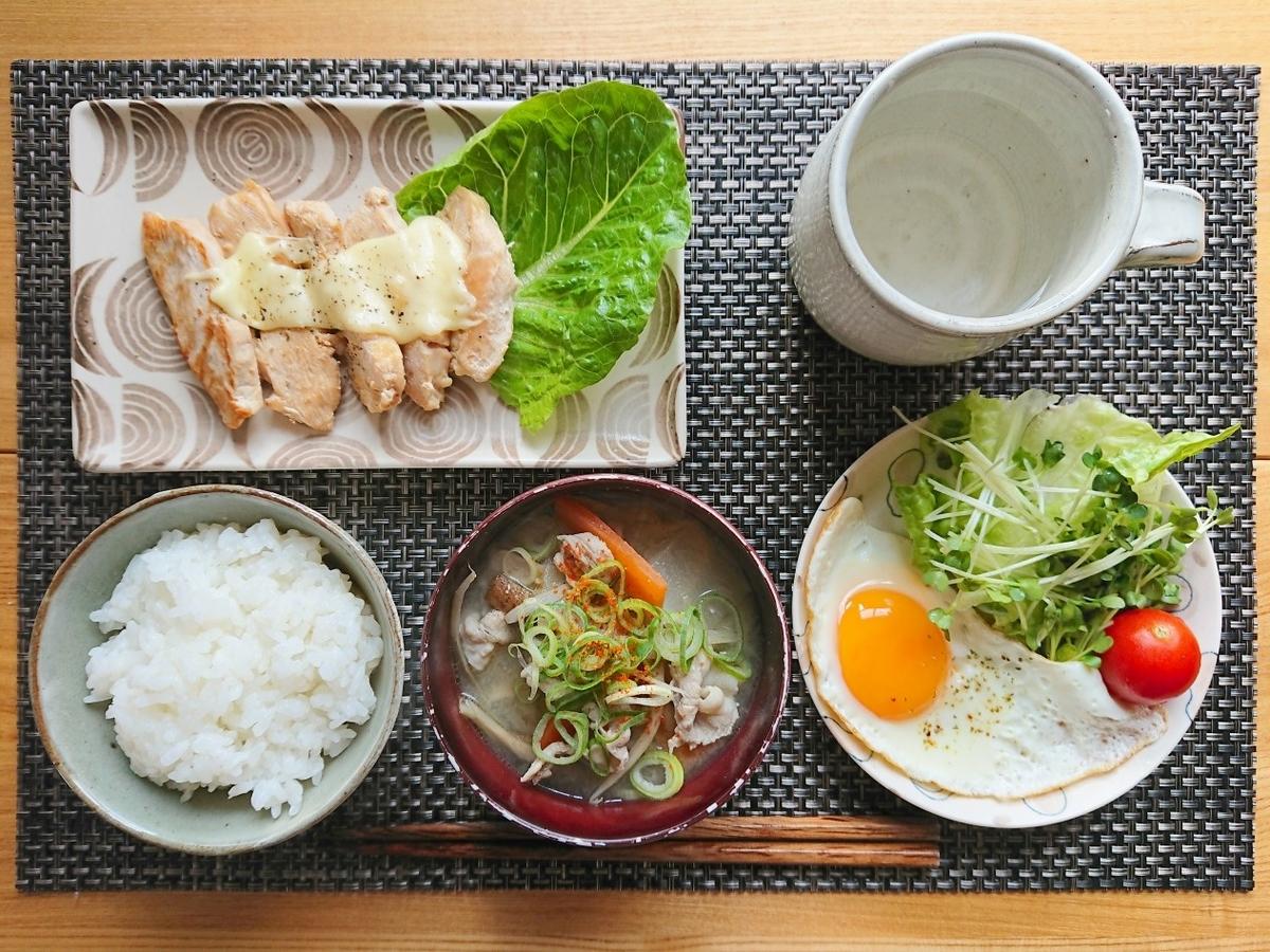 白飯 豚汁 鶏胸肉 目玉焼き サラダ