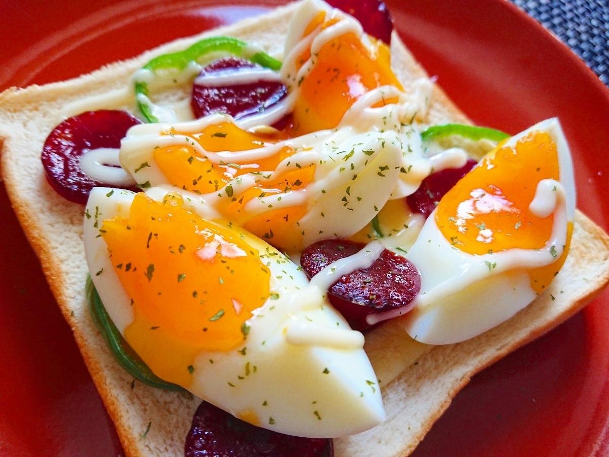 半熟ゆで卵とカルパスがのったトースト