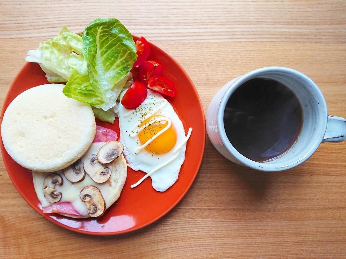 ベーコン、チーズ、マッシュルームが挟まったマフィン 目玉焼き サラダ コーヒー