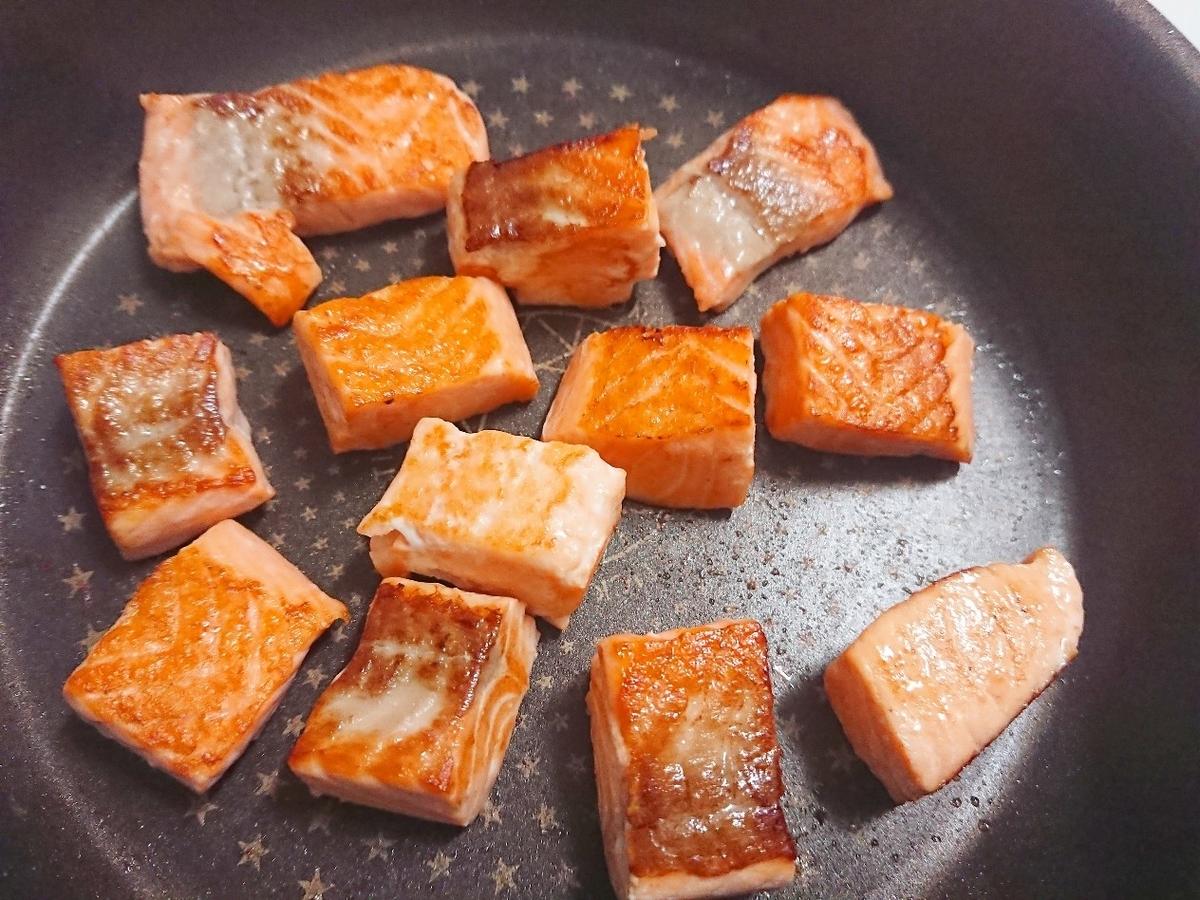 角切りサーモンをフライパンで焼いている