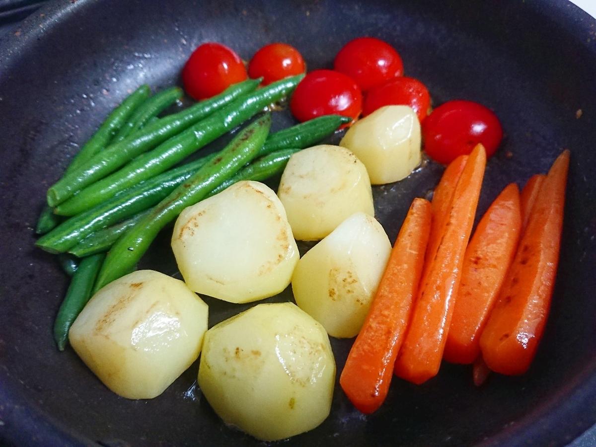 フライパンで野菜を炒めている