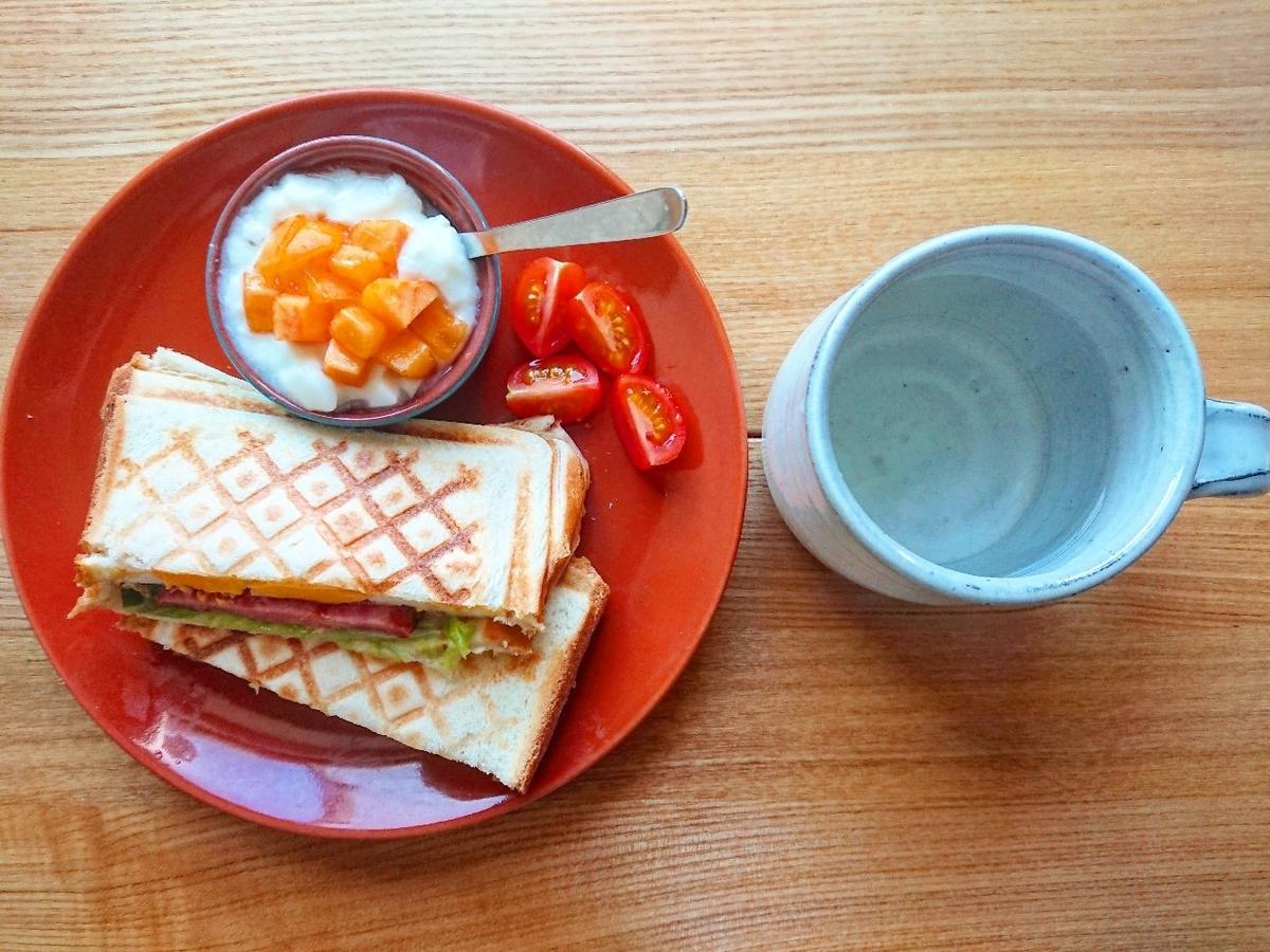 ボロニアソーセージと卵のホットサンド ヨーグルト