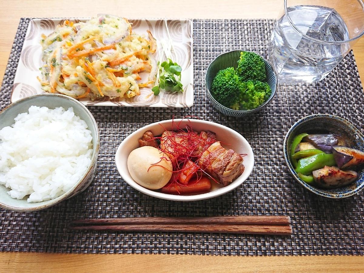 ごはん かき揚げ 豚の角煮 茄子の揚げ浸し ブロッコリー