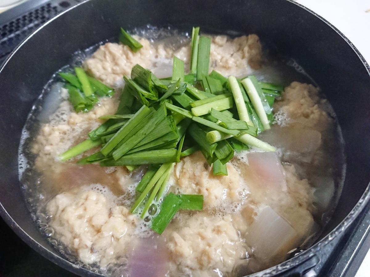 ニラを入れた鶏団子スープ