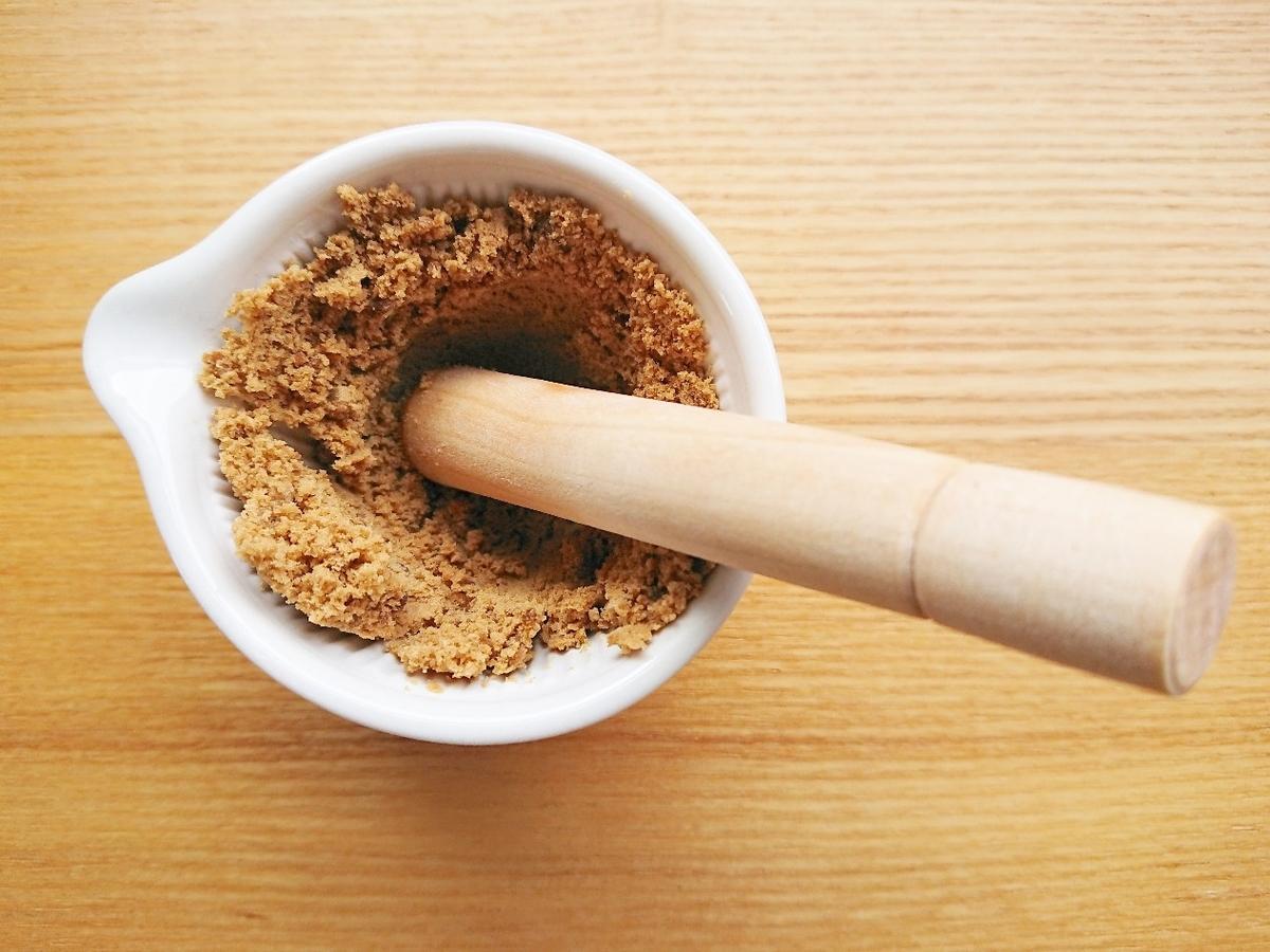 黒糖をすり鉢で粉末状にしている