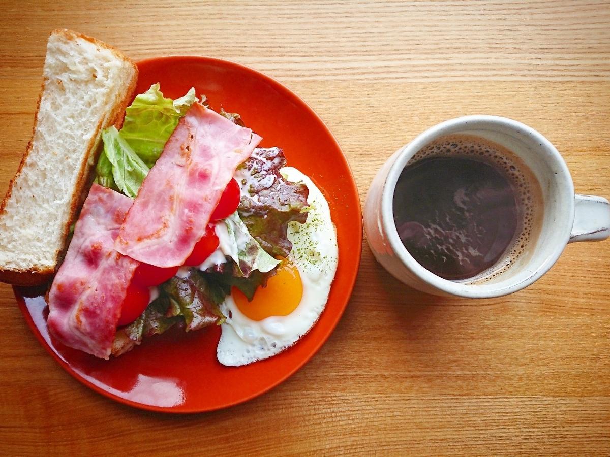 分厚いBLTサンドイッチ 目玉焼き コーヒー