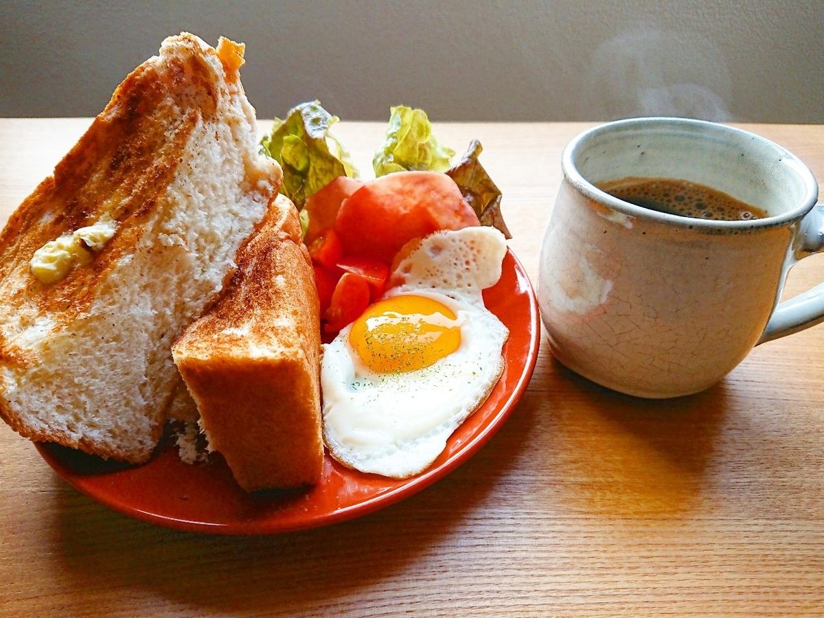 分厚いトースト 目玉焼き ハム サラダ コーヒー