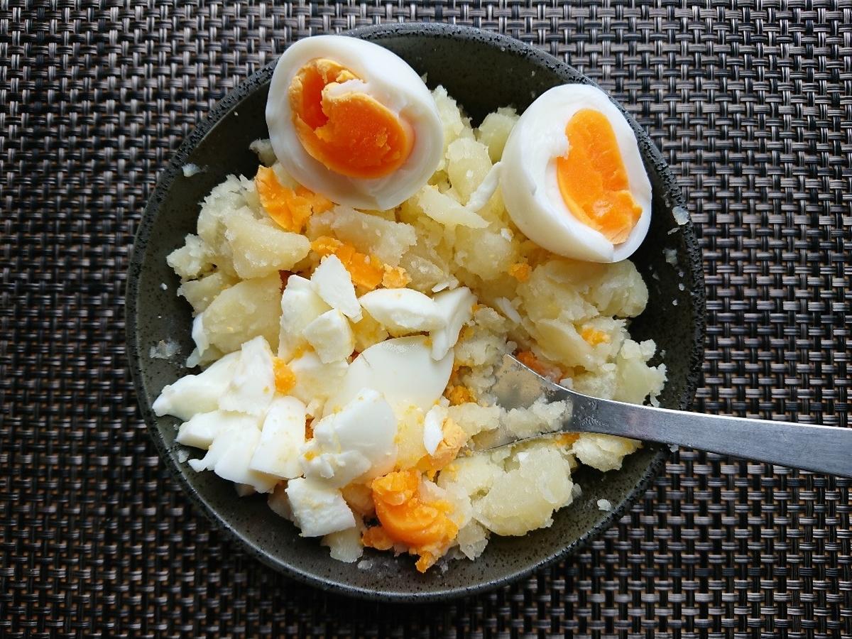 ポテトサラダにゆで卵を混ぜている