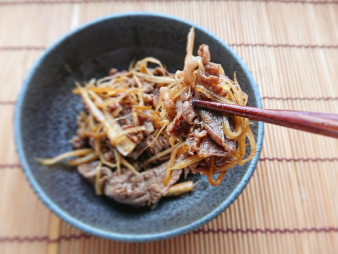 牛肉とゴボウのしぐれ煮を箸でつかんでいる