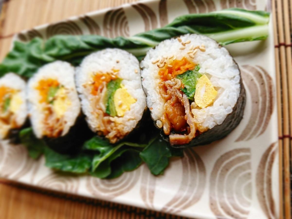 肉や野菜が入った海苔巻き寿司