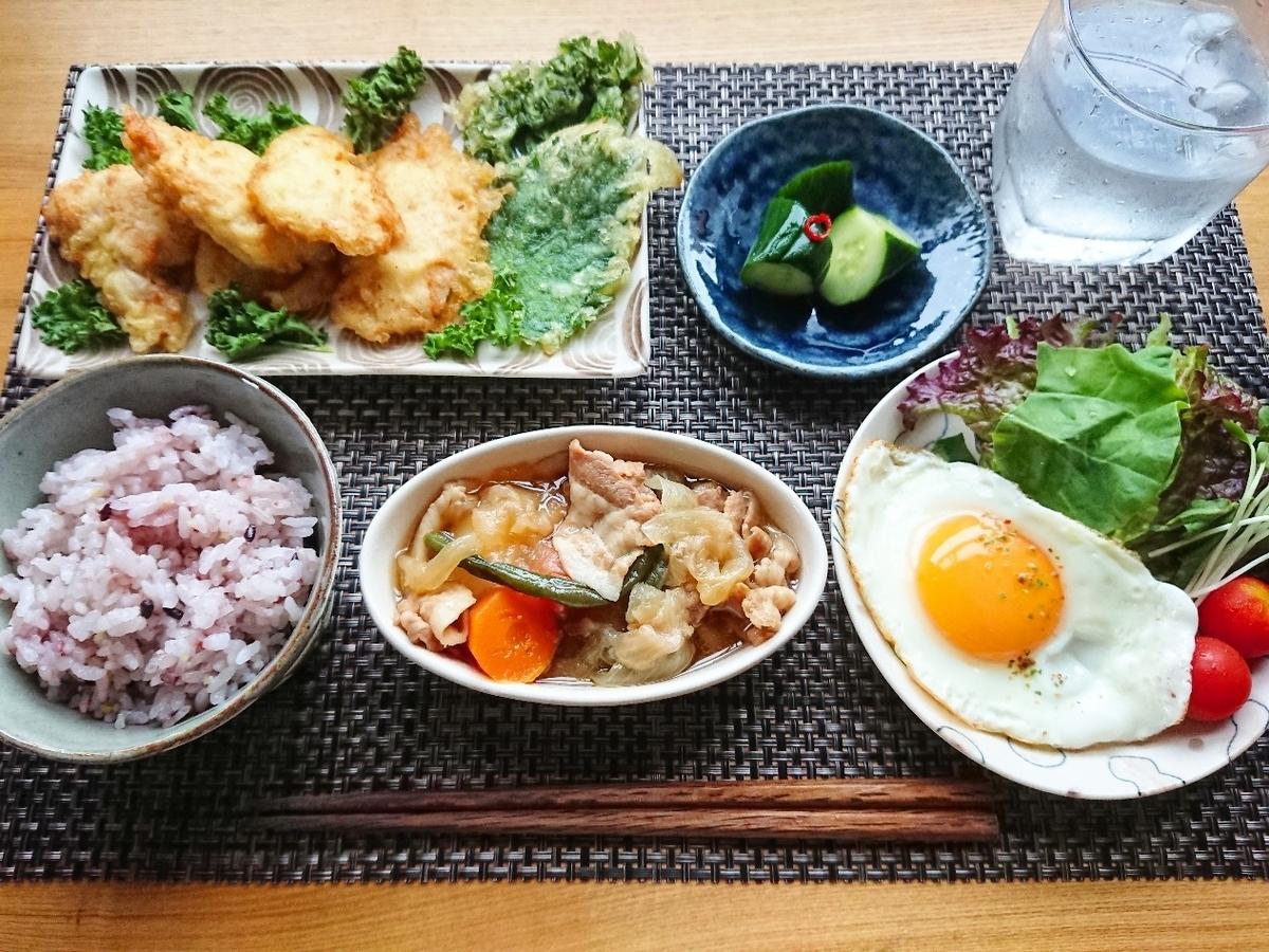 十六穀米 とり天 ケールの天ぷら 肉じゃが 目玉焼き サラダ