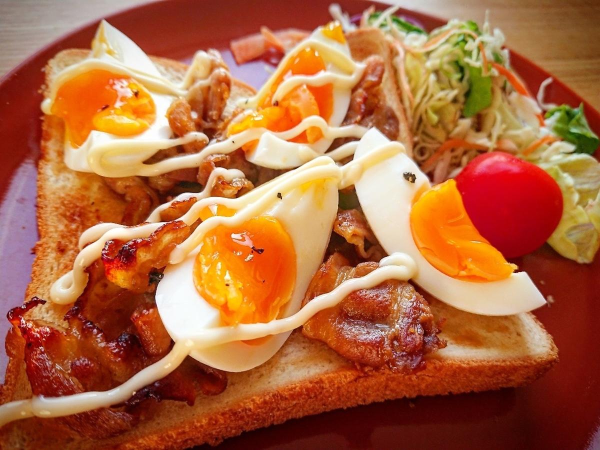 豚バラとゆで卵がのったトースト
