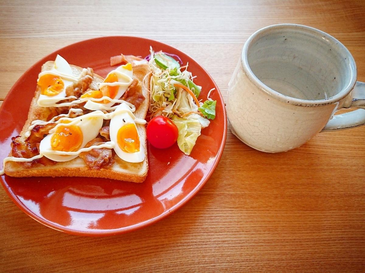 豚バラとゆで卵がのったトースト サラダ コーヒー