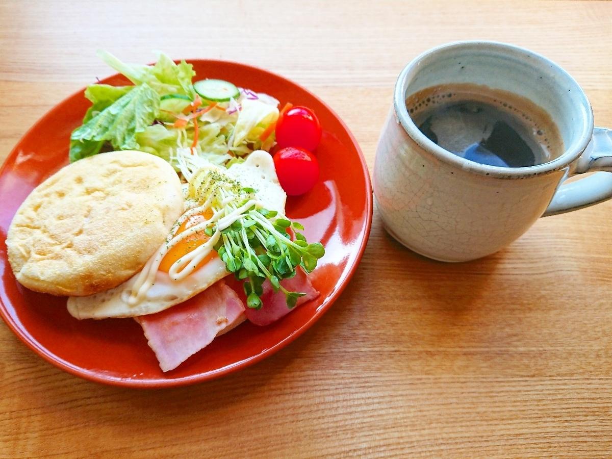 ベーコンと目玉焼きが挟まったマフィンサンド サラダ コーヒー