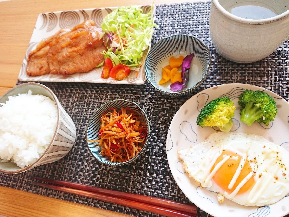 豚の生姜焼き 白飯 きんぴらごぼう 目玉焼き 漬物