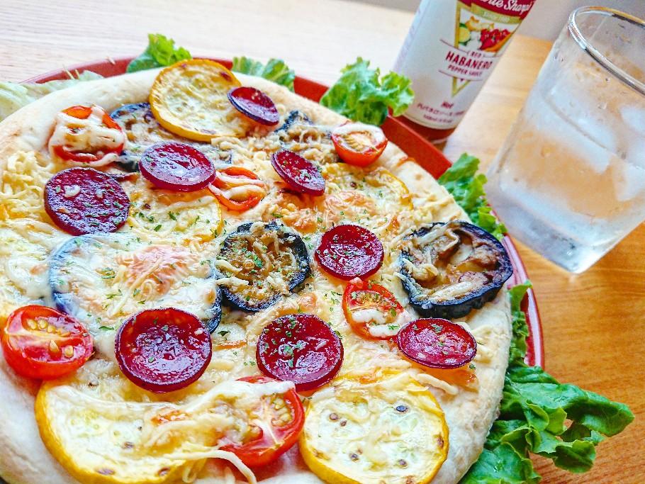 夏野菜がたっぷりのったピザ