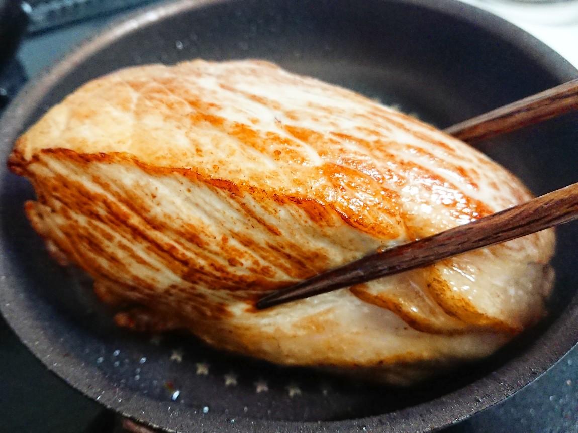 こんがりと焼けた豚モモ肉ブロック