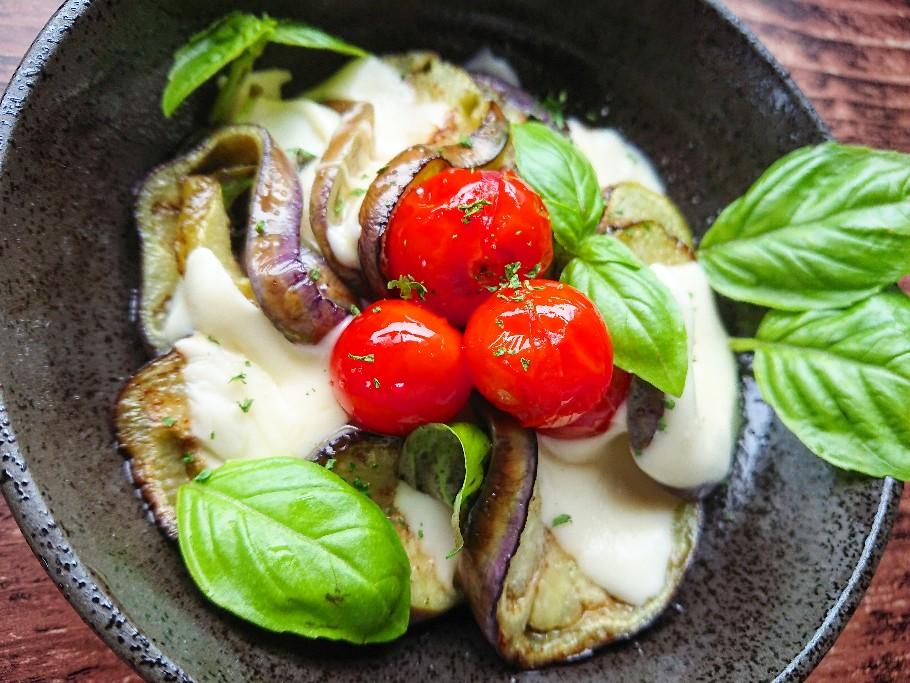 水茄子とトマトとチーズの焼きカプレーゼ