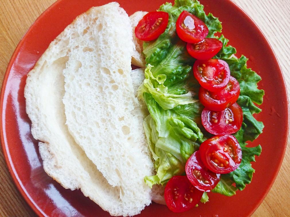 塩パンに野菜を挟んでいる
